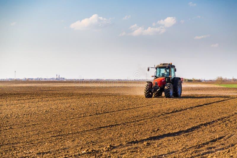 Landwirtbefruchtungsackerland mit Stickstoff, Phosphor, Kalidünger stockfotos