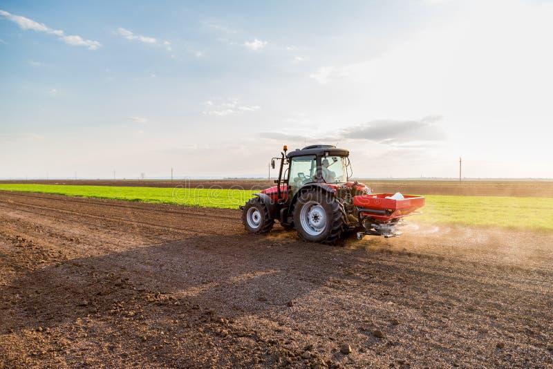 Landwirtbefruchtungsackerland mit Stickstoff, Phosphor, Kalidünger lizenzfreie stockfotografie