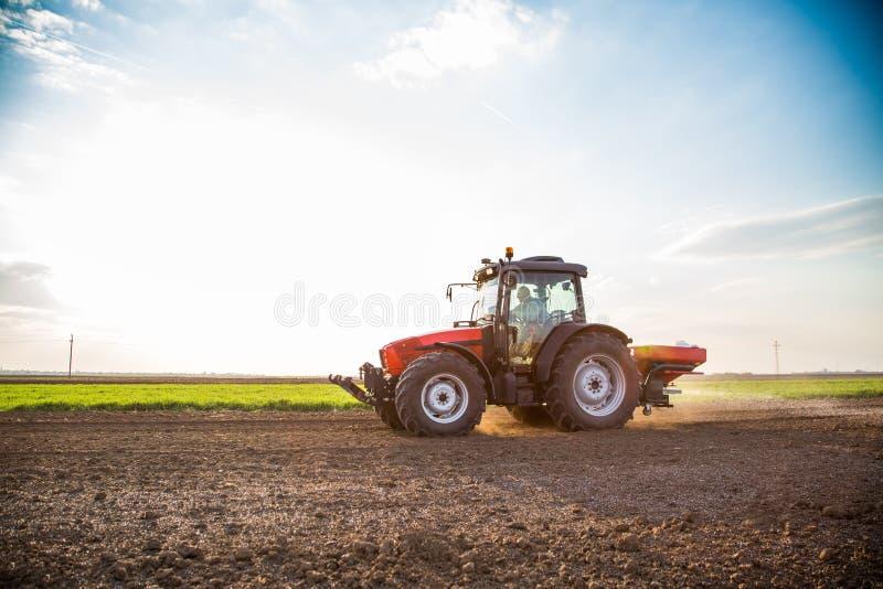 Landwirtbefruchtungsackerland mit Stickstoff, Phosphor, Kalidünger stockbilder