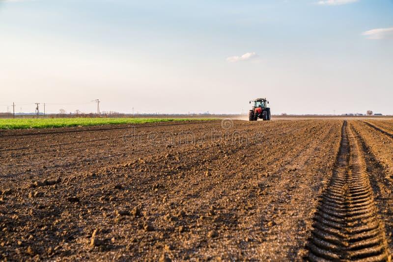 Landwirtbefruchtungsackerland mit Stickstoff, Phosphor, Kalidünger lizenzfreies stockbild