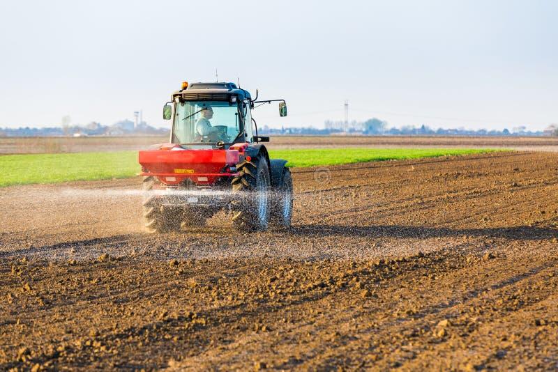 Landwirtbefruchtungsackerland mit Stickstoff, Phosphor, Kalidünger lizenzfreies stockfoto