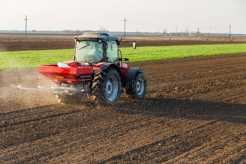 Landwirtbefruchtungsackerland mit Stickstoff, Phosphor, Kalidünger stockfotografie