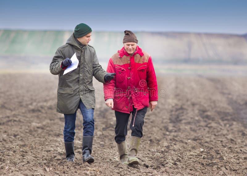 Landwirte auf gepflogenem Feld stockfoto