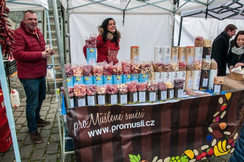 Landwirte ` Märkte auf dem die Moldau-Flussdamm in Prag stockbilder