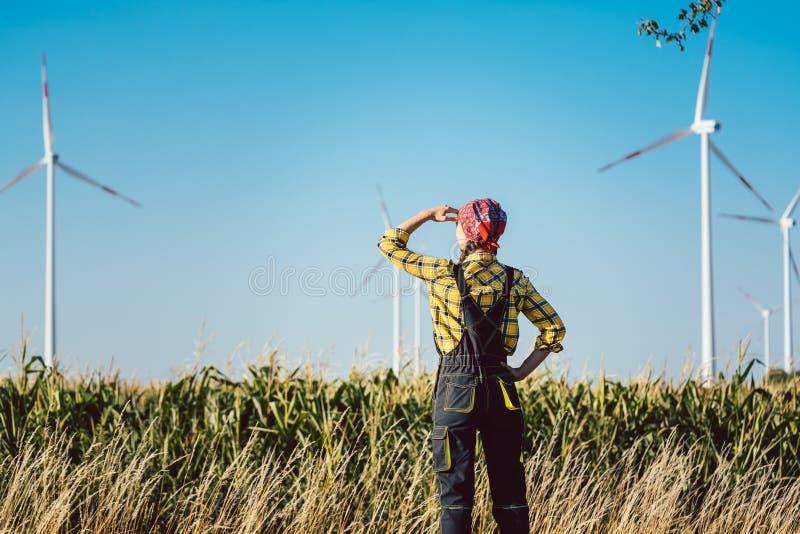 Landwirtfrau hat nicht nur im Land aber auch in der Windenergie investiert lizenzfreie stockbilder
