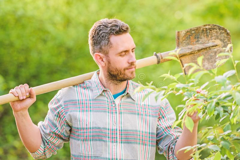 Landwirtschaft und Landwirtschaftsbearbeitung. Fr?hjahr und Gartenarbeit. muskul?ser Ranchmann. Eco-Landarbeiter. Landwirt-Griffsc stockfoto