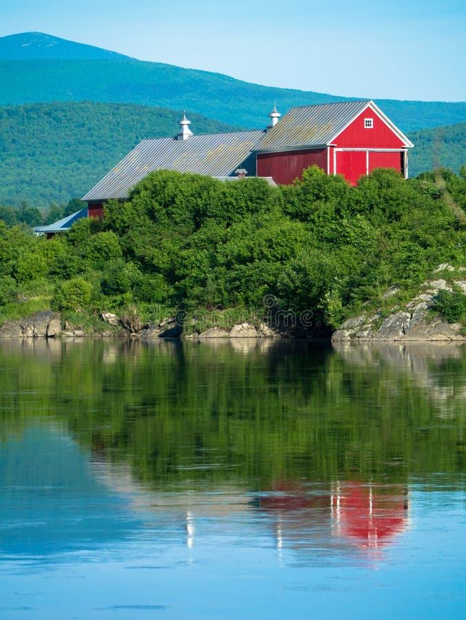 Landwirtschaft von Landschaft mit Fluss stockfotos