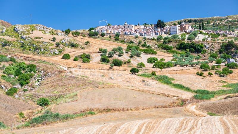 Landwirtschaftliche Felder und cemetry in Süd-Sizilien lizenzfreie stockfotografie