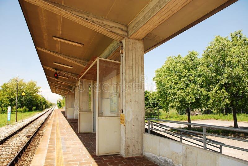 Landwirtschaftliche italienische Bahnstation lizenzfreies stockbild