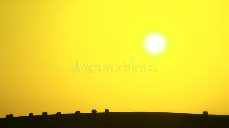 Landwirtschaftliche Landschaft I , gelber Hintergrund, abstrakt lizenzfreies stockbild