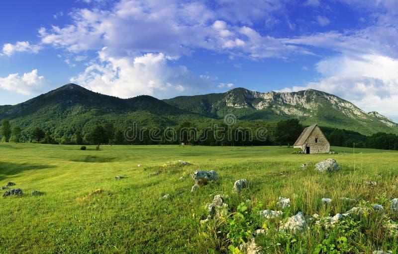 Landwirtschaftliche Landschaft mit altem Haus auf dem Feld stockbilder