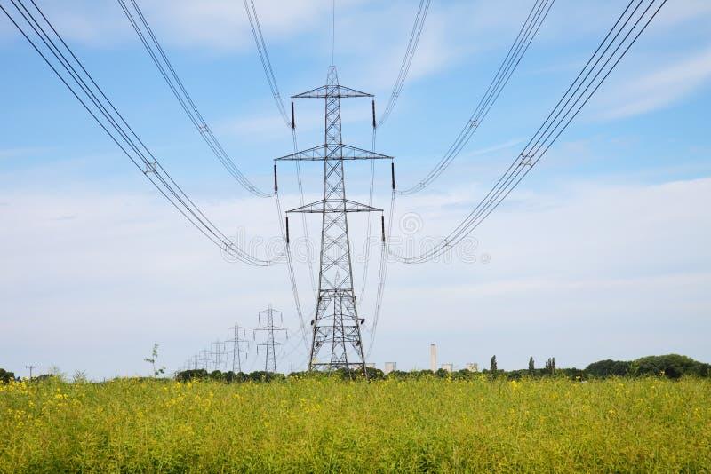 Landwirtschaftliche Landschaft mit Elektrizitäts-Gondelstielen lizenzfreies stockbild