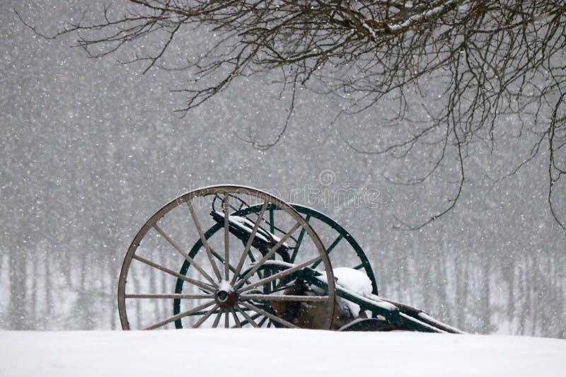 Landwirtschaftliche Maschinen im Schnee stockfotos
