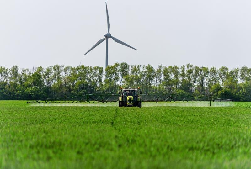 Landwirtschaftlicher Traktor sprüht stockfotografie