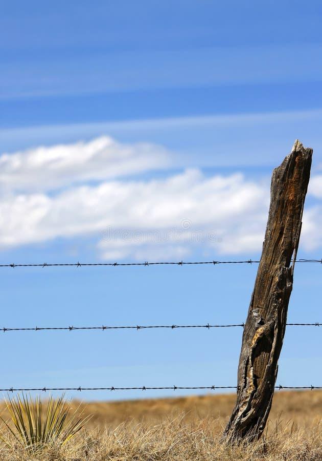 Landwirtschaftlicher Zaun, Himmel u. Wolken stockfotografie