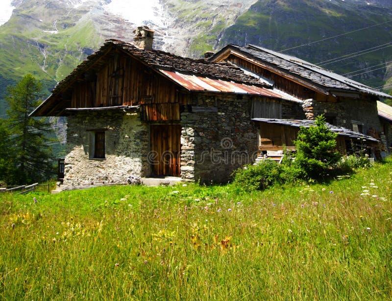 Landwirtschaftliches Chalet in den Alpen lizenzfreies stockbild