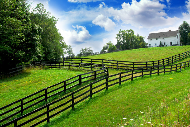 Landwirtschaftliches Landschaftsbauernhaus lizenzfreies stockfoto