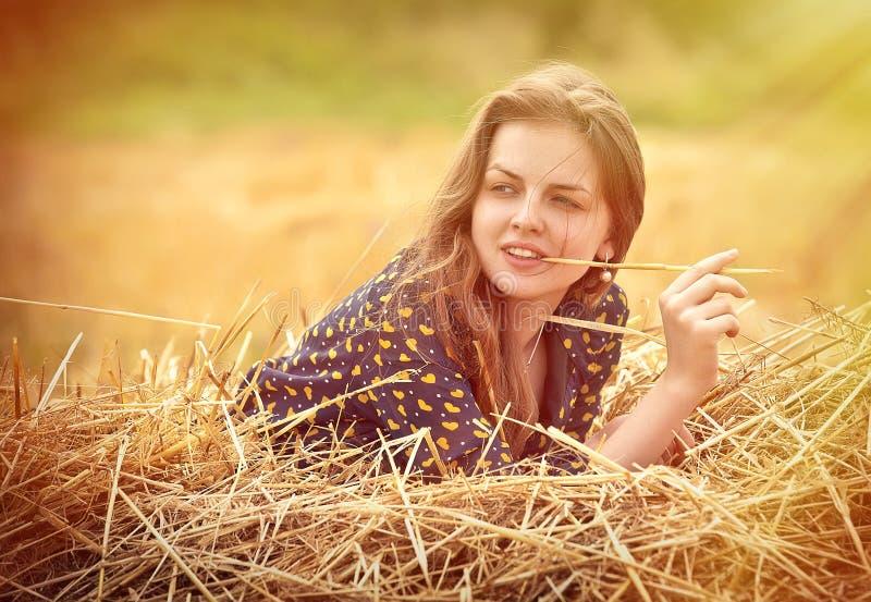 Landwirtschaftliches Mädchen auf dem Gebiet lizenzfreies stockfoto