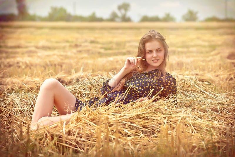 Landwirtschaftliches Mädchen auf dem Gebiet stockfoto