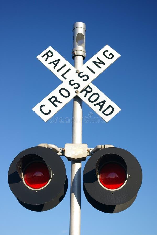 Landwirtschaftliches Schienenstraßen-Überfahrtzeichen mit Lampen stockfotografie