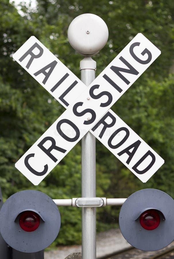 Landwirtschaftliches Schienenstraßen-Überfahrtzeichen mit Lampen lizenzfreie stockfotografie