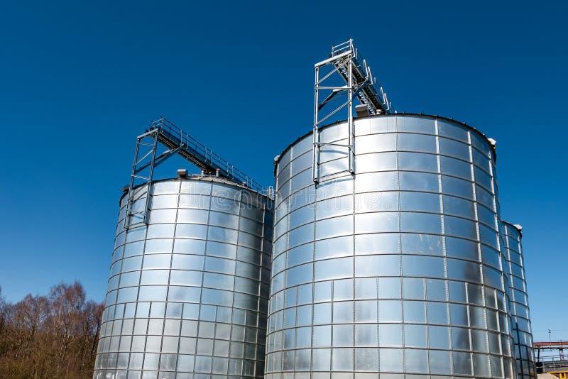 Landwirtschafts-Verarbeitung der Anlage f?r die Verarbeitung und die silbernen Silos f?r Trockenreinigung und Lagerung von Agrarp stockbild