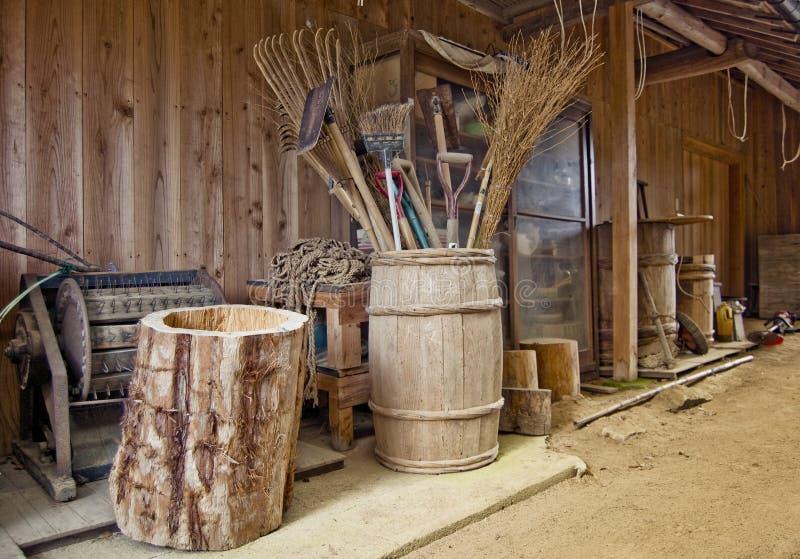 Landwirtstall der alten Art stockfotos