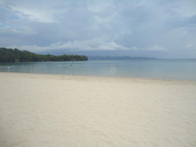 Lang ausgedehnter weißer Strand lizenzfreie stockfotografie