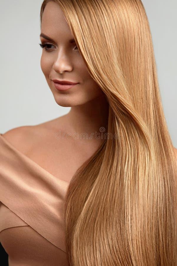 Lang blonde haar Mooie vrouw met gezond recht haar royalty-vrije stock foto