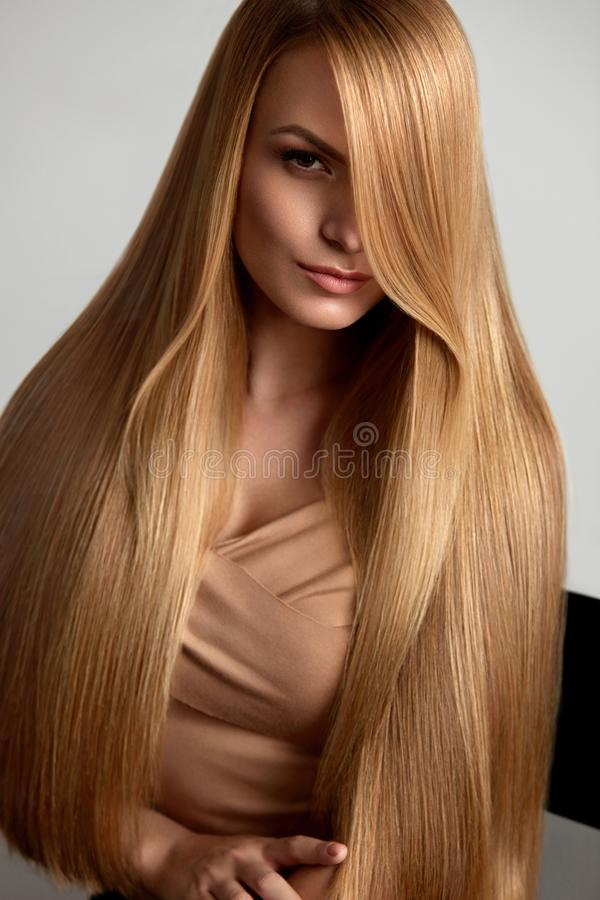 Lang blonde haar Mooie vrouw met gezond recht haar royalty-vrije stock foto's