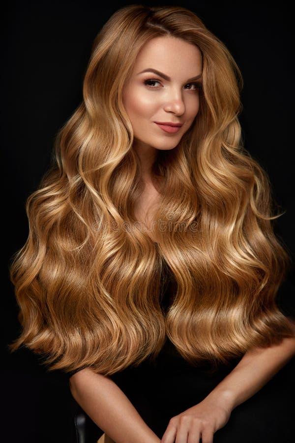 Lang blonde haar Vrouw met Golvend Kapsel, Schoonheidsgezicht stock foto's