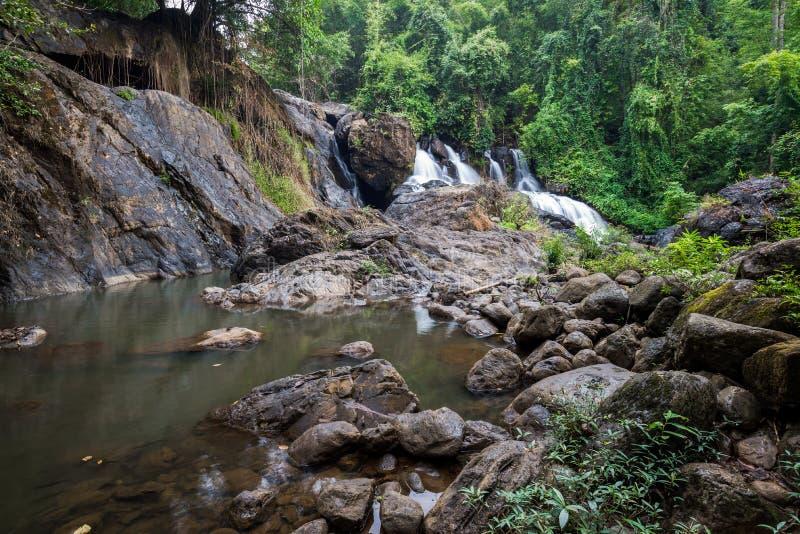 Lang blootstellingsbeeld van waterval in de bos, vage motie van water royalty-vrije stock fotografie
