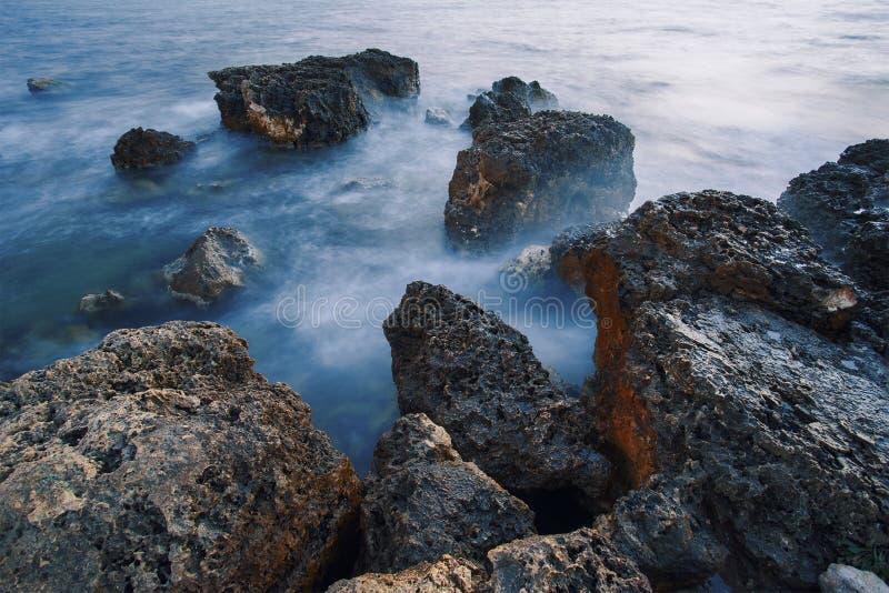 Lang blootstellingsschot, stenen in het water De Zwarte Zee royalty-vrije stock afbeeldingen