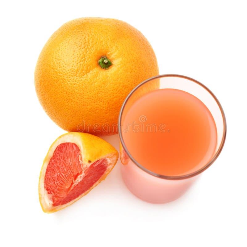 Lang die glas met de grapefruit juice en de vruchten, samenstelling wordt gevuld over de witte achtergrond wordt geïsoleerd royalty-vrije stock afbeelding