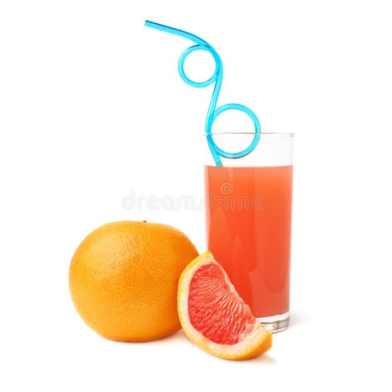 Lang die glas met de grapefruit juice, het blauwe gebogen die het drinken stro en de vruchten, samenstelling wordt gevuld over he stock afbeelding