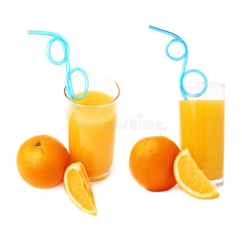 Lang die glas met het jus d'orange met gebogen blauw plastic het drinken stro wordt gevuld binnen en vruchten, geïsoleerde samens stock afbeelding
