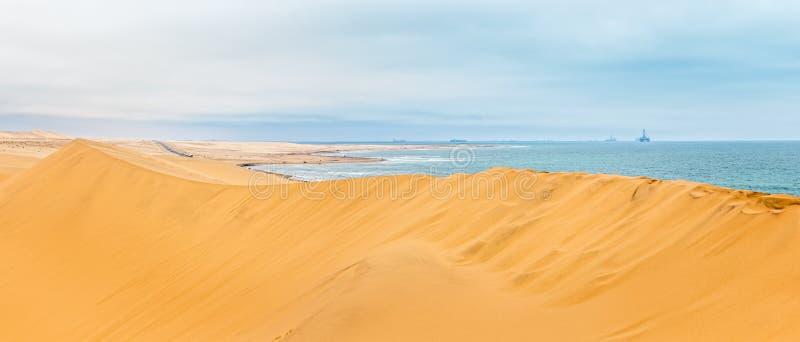 Lang geel zandduin van de woestijn van Kalahari en shor van de Atlantische Oceaan royalty-vrije stock foto's