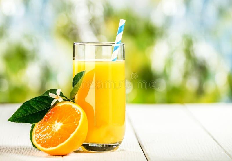 Lang glas smakelijk vers jus d'orange stock foto's
