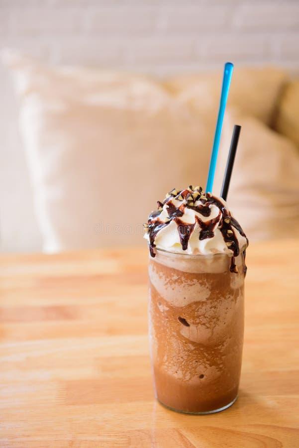 Lang glas van heerlijke koude bevroren koffievlotter of milkshake topp royalty-vrije stock afbeeldingen