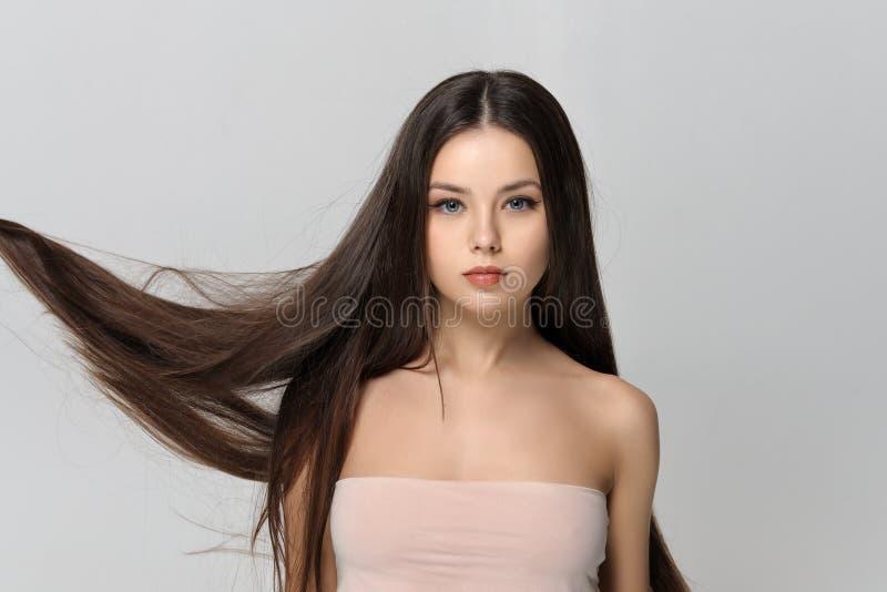 Lang haar die in de wind fladderen stock foto