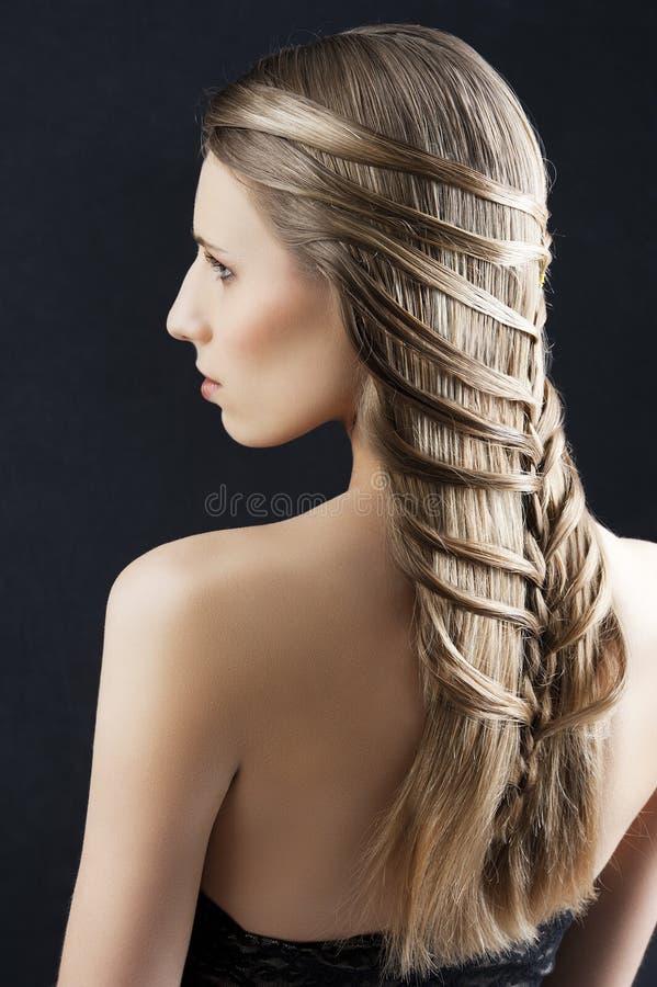 Lang haar en manierkapsel, bekijkt zij linkerzijde stock afbeelding