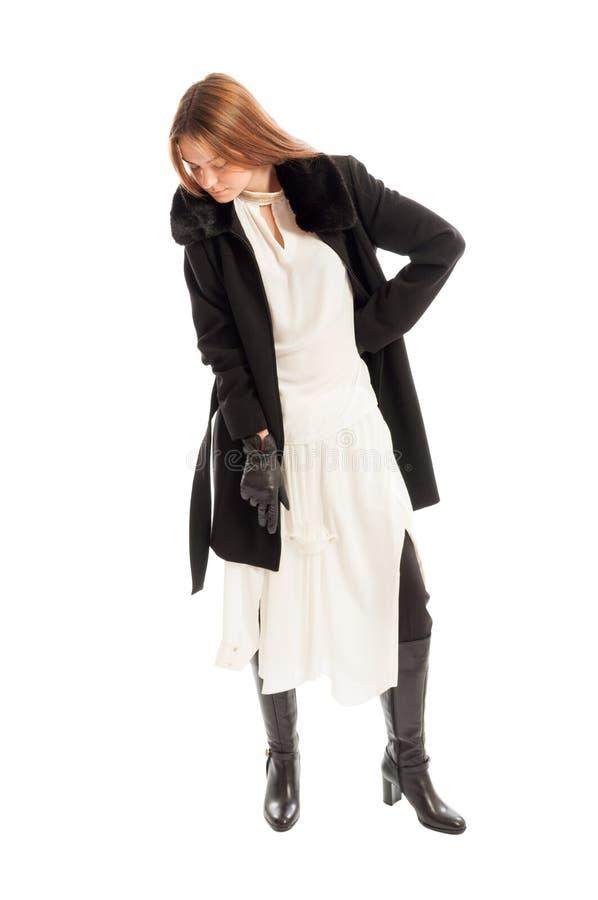 Lang haar vrouwelijk model die zwarte laag en witte kleding dragen royalty-vrije stock afbeeldingen