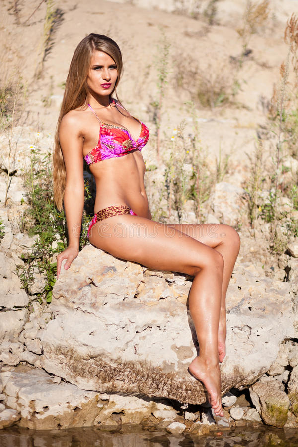 Lang haarmeisje in bikini op rivier stock afbeelding