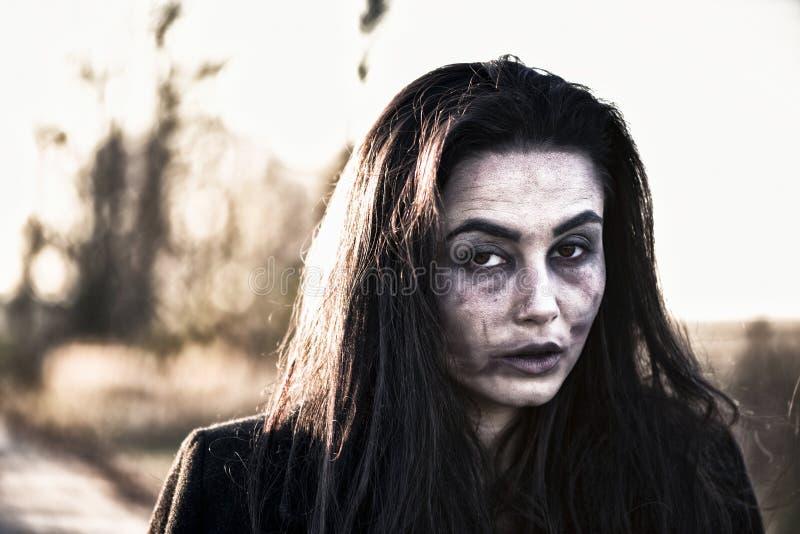 Lang haarmeisje met enge zombiemake-up royalty-vrije stock foto