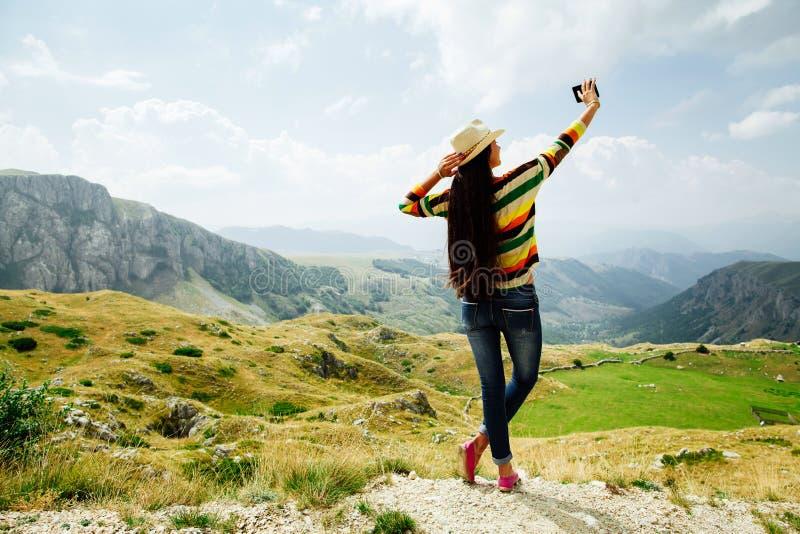 Lang het haarmeisje die van de Selfiefoto smartphone in berg vi overnemen royalty-vrije stock afbeelding