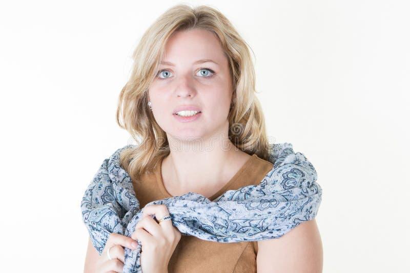 Lang Krullend Haar van een mooie vrouwelijke modelblondevrouw stock afbeeldingen