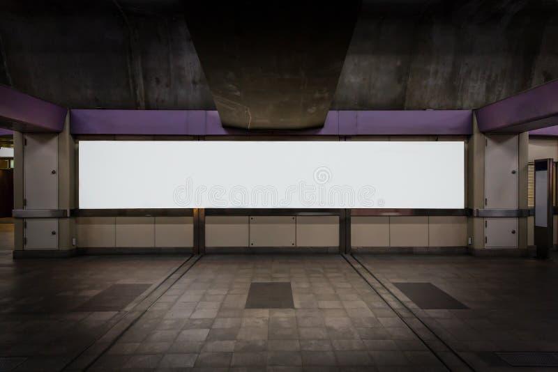 Lang leeg aanplakbord op een het lopen straat bij nacht met vignet stock afbeelding