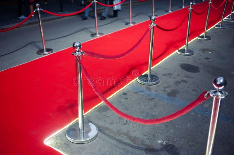 Lang Rood Tapijt - traditioneel wordt gebruikt om de route te merken die door staatshoofden bij plechtige en formele gelegenheden stock foto's