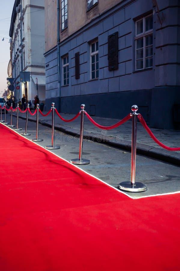 Lang Rood Tapijt - traditioneel wordt gebruikt om de route te merken die door staatshoofden bij plechtige en formele gelegenheden stock foto