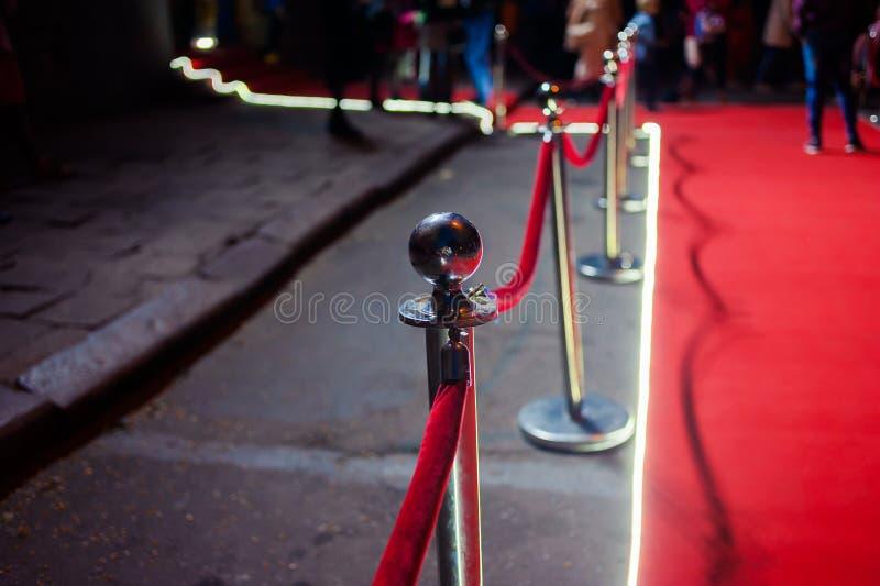 Lang Rood Tapijt - traditioneel wordt gebruikt om de route te merken die door staatshoofden bij plechtige en formele gelegenheden royalty-vrije stock fotografie